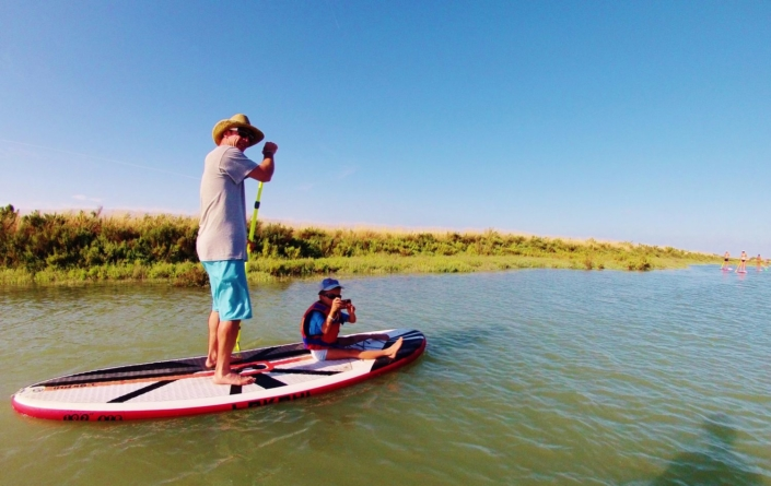 Duo familiale sur un paddle.